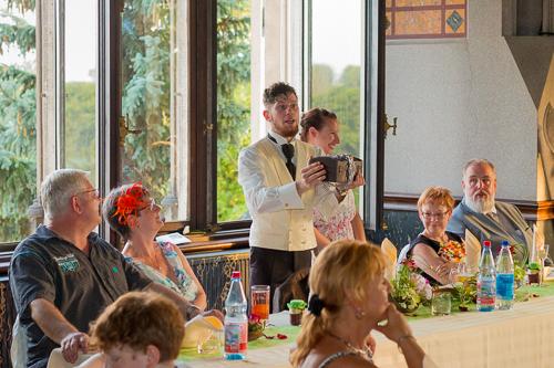 Bräutigam mit Schatzkiste
